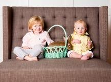 Ragazzi e coniglietto di Pasqua immagini stock