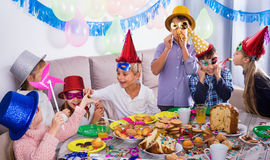 Ragazzi e ragazze felici di vedersi durante la cena di Natale Fotografie Stock Libere da Diritti