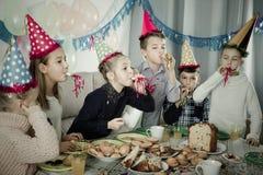 Ragazzi e ragazze felici di vedersi durante la cena di Natale Fotografia Stock Libera da Diritti