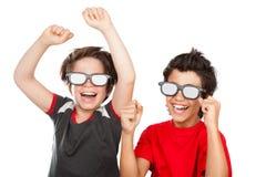 Ragazzi felici che guardano film Immagine Stock