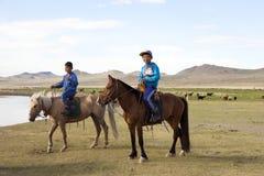 Ragazzi mongoli a cavallo fotografia stock libera da diritti