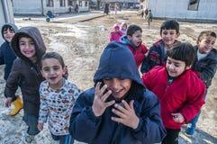 Ragazzi nel campo di rifugiati nel gioco Immagini Stock