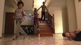 Ragazzi neri che ballano sul Natale stock footage