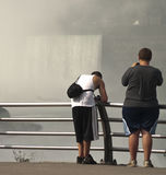 Ragazzi teenager alle cadute dei niagars Fotografie Stock Libere da Diritti