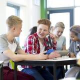 Ragazzi teenager che godono della lezione di scienza Fotografia Stock