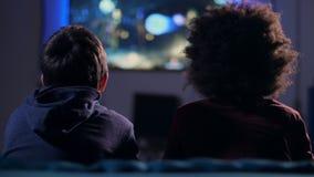 Ragazzi teenager di retrovisione che combattono in video gioco a casa archivi video