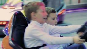 Ragazzini divertendosi conducendo automobile stock footage