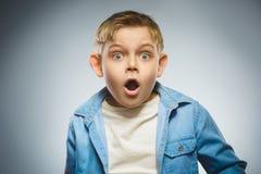 Ragazzini spaventati e colpiti del primo piano Espressione umana del fronte di emozione Immagine Stock