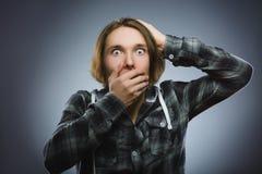 Ragazzini spaventati e colpiti del primo piano Espressione umana del fronte di emozione Fotografie Stock Libere da Diritti