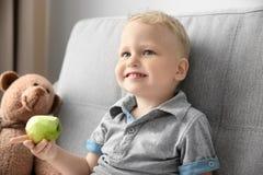 Ragazzino adorabile che tiene mela verde Fotografie Stock