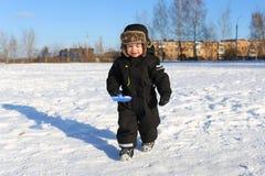 Ragazzino adorabile con la pala nell'inverno Fotografia Stock