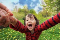 Ragazzino adorabile, filante nel cerchio nel parco, divertendosi con la sua mamma, ridente Fotografia Stock