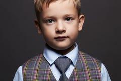 ragazzino alla moda bambino alla moda in vestito ed in legame Fashion Children Fotografia Stock