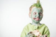 Ragazzino arrabbiato vestito come zombie Fotografie Stock