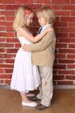 Ragazzino che abbraccia una bella ragazza Fotografia Stock