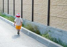Ragazzino che cammina via Fotografia Stock