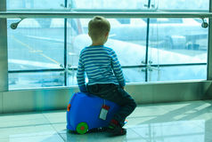 Ragazzino che esamina gli aerei nell'aeroporto Fotografia Stock