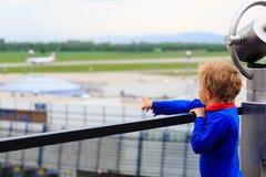 Ragazzino che esamina gli aerei nell'aeroporto Fotografia Stock Libera da Diritti
