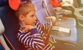 Ragazzino che esamina il cuscinetto di tocco che viaggia in aereo Fotografia Stock
