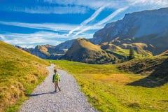 Ragazzino che fa un'escursione nelle alpi svizzere di Klewenalp, Svizzera centrale Fotografia Stock Libera da Diritti