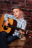 Ragazzino che gioca chitarra Fotografia Stock