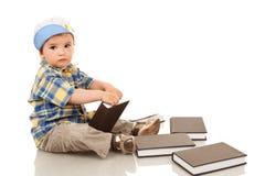 Ragazzino che gioca con alcuni libri Fotografie Stock