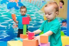 Ragazzino che gioca con i cubi Fotografia Stock
