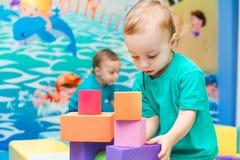 Ragazzino che gioca con i cubi Fotografia Stock Libera da Diritti