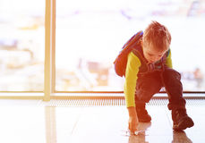 Ragazzino che gioca con l'aereo del giocattolo nell'aeroporto Fotografia Stock