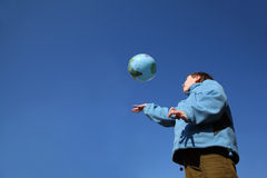Ragazzino che gioca con l'aerostato nel modulo del globo Fotografie Stock Libere da Diritti