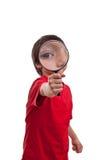 Ragazzino che gioca con la lente su fondo bianco Fotografia Stock