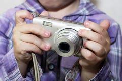 Ragazzino che gioca con la macchina fotografica immagini stock libere da diritti