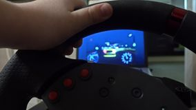 Ragazzino che gioca correndo gioco di computer facendo uso del volante Concetto del principiante colpo 4k stock footage