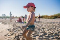 Ragazzino che gioca sulla spiaggia Immagine Stock Libera da Diritti