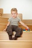 Ragazzino che gioca sulle scale Fotografia Stock
