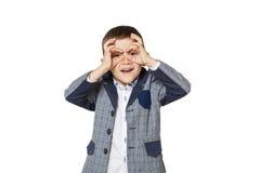 Ragazzino che guarda tramite le mani del binocolo Immagine Stock