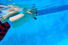 Ragazzino che nuota underwater, bambini attivi Immagini Stock Libere da Diritti