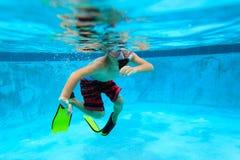 Ragazzino che nuota underwater, bambini attivi Immagini Stock