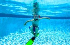 Ragazzino che nuota underwater, bambini attivi Fotografia Stock