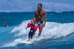 Ragazzino che pratica il surfing su Maui Immagine Stock