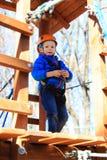 Ragazzino che scala nel parco di attività di avventura Fotografia Stock Libera da Diritti