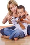 Ragazzino che si esercita nel violino Fotografie Stock Libere da Diritti