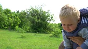 Ragazzino che si siede e che cammina sul suo collo del ` s del padre in parco Giorno del `s del padre archivi video
