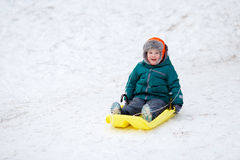 Ragazzino che sledding Fotografia Stock
