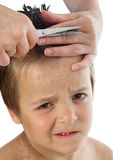 Ragazzino che soffre durante il suo taglio di capelli Immagine Stock