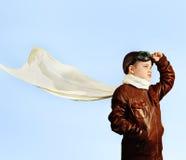 Ragazzino che sogna del trasformarsi in un pilota nel retro stile Fotografia Stock