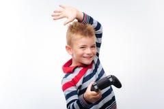 Ragazzino che solleva mano e che tiene il regolatore del gioco Fotografia Stock Libera da Diritti