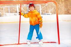 Ragazzino che sta con sorridere del bastone di hockey Fotografia Stock Libera da Diritti
