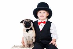 Ragazzino con accogliere dei biglietti di S. Valentino del cane isolato Immagine Stock