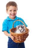 Ragazzino con gattino in vimine Fotografie Stock